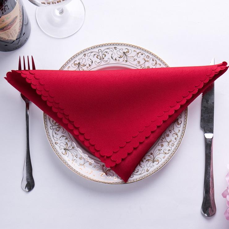 Khăn ăn màu đỏ dùng cho tiệc cưới