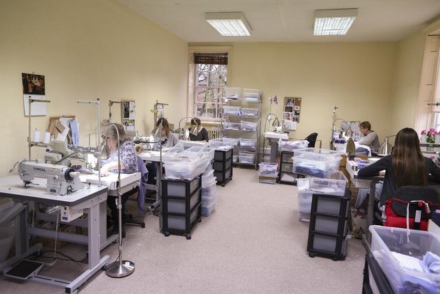 Từng nhóm thợ cắt và may lành nghề làm việc trong các phòng khác nhau của tòa nhà.