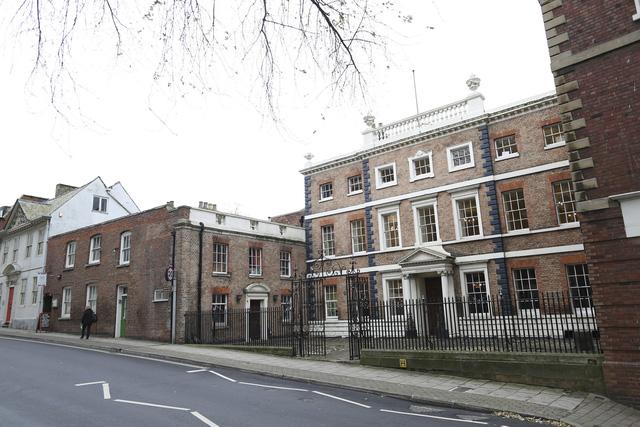Căn nhà có niên đại từ thế kỷ 18 nằm nép mình ở Gloucester, cách trung tâm London tầm 100 dặm.
