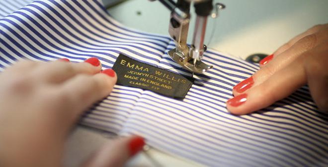 Một thợ may đang tập trung vào sản phẩm trong tay.