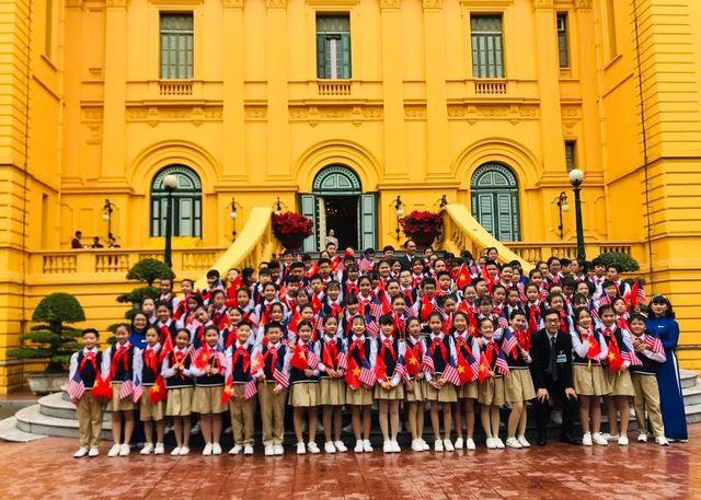 học sinh nguyễn du trang trọng với đồng phục học sinh chụp ảnh lưu niệm.
