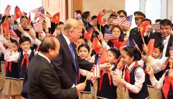 100 học sinh trường Nguyễn Du trang trọng với đồng phục học sinh vinh dự cùng văn phòng chính phủ đón tổng thống Mỹ