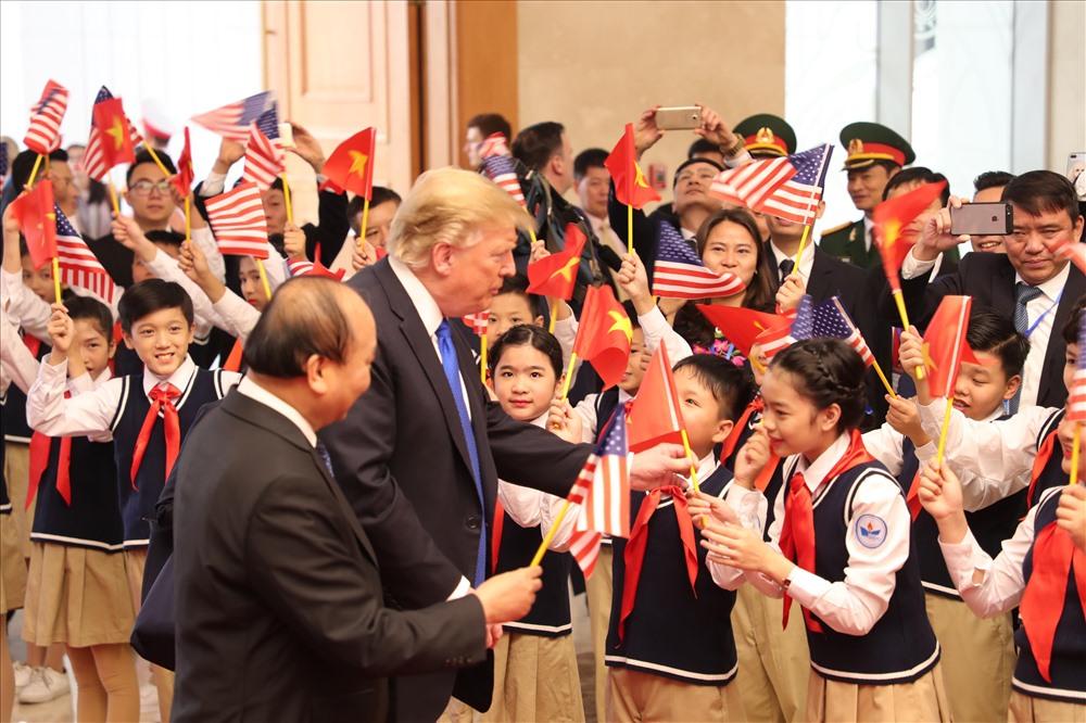 Các bạn học sinh trường nguyễn du bắt tay tổng thống mỹ